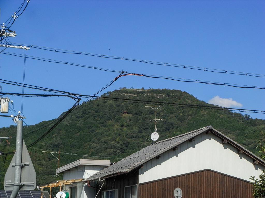黒井駅から黒井城を見上げる
